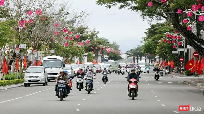 UBND TP Đà Nẵng vừa có văn bản đồng ý đề xuất của Sở GTVT về việc cấm đỗ xe (xe được phép dừng) trên các tuyến, đoạn tuyến trong khu vực lân cận các bãi đỗ xe tập trung đã được đấu giá cho thuê mặt bằng để thực hiện vụ trông giữ xe.