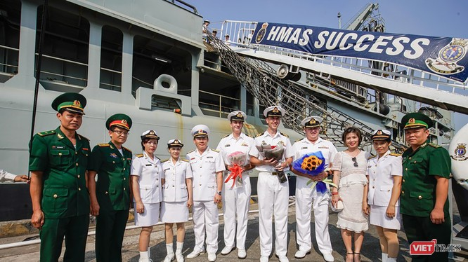 Sáng 19/4, đội tàu Hải quân Hoàng gia Australia gồm: HMAS ANZAC, HMAS TOOWOOMBA và HMAS SUCCESS đã cập cảng TP HCM, chính thức chuyến thăm hữu nghị 4 ngày.