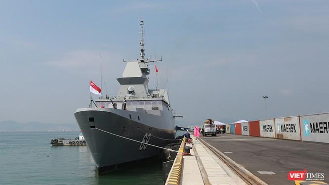 Sáng 26/4, Tàu Hải quân Singapore mang tên RSS INTREPID 69 cùng 150 người trong thủy thủ đoàn đã cập cảng Tiên Sa, chính thức chuyến thăm Đà Nẵng từ ngày 26/4-29/4.