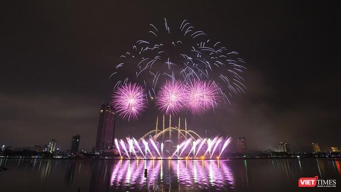 """Tối 30/4, Lễ hội pháo hoa quốc tế Đà Nẵng (DIFF 2018) với chủ đề """"Huyền thoại những cây cầu"""" đã chính thức khai mạc, chính thức đưa Đà Nẵng vào không gian lễ hội của sắc màu và ánh sáng kéo dài 2 tháng."""