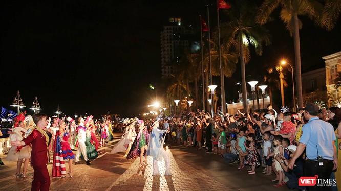 Đồng hành cùng sự kiện DIFF 2018, tối ngày 5/5, lễ Diễu hành nghệ thuật Carnaval đường phố DIFF 2018 chính thức bắt đầu đã tạo nên không khí âm nhạc sôi động, háo hức trên khắp các tuyến phố trung tâm TP.Đà Nẵng.