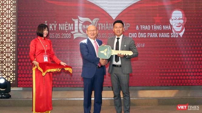 Tối 6/5, HLV Park Hang Seo cùng phu nhân đã đến Đà Nẵng nhận căn nhà do Công ty Phúc Hoàng Ngọc trao tặng và mong ông muốn cống hiến hết mình cho bóng đá Việt Nam.