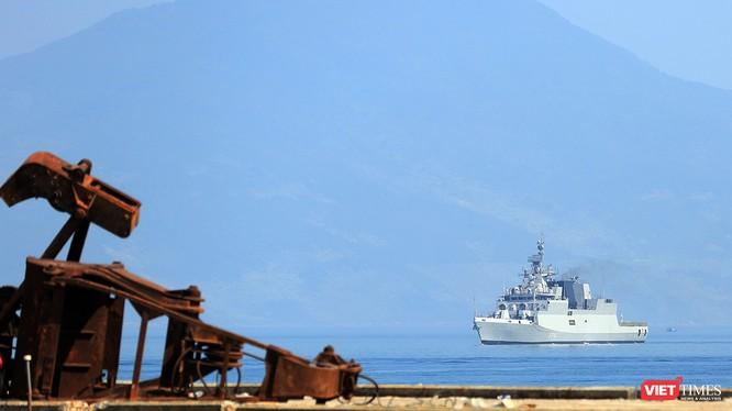 Tàu hộ vệ chống ngầm INS Kamorta (P28) của Hải quân Ấn Độ trên vịnh Đà Nẵng