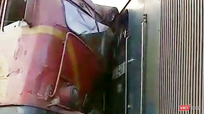 Vào khoảng 17h chiều nay (26/5), hai tàu hàng đang lưu thông trên tuyến đường sắt Bắc Nam, đoạn qua địa phận huyện Núi Thành (Quảng Nam) đã bất ngờ tông trực nhau khiến hơn 100m đường ray bị hư hỏng, 4 toa tàu và hai đầu máy bị rời khỏi đường ray, hư hỏng