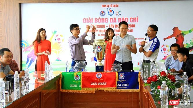 Ban tổ chức Giải bóng đá Báo chí miền Trung lần V-2018 đã tổ chức bốc thăm, xếp bảng đấu cho 8 đội.