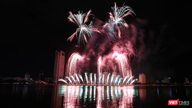 Tối ngày 9/6, sông Hàn (Đà Nẵng) lại sôi động với màn trình diễn pháo hoa của hai đội đến từ Bồ Đào Nha và Thụy Điển.
