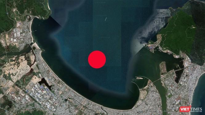Sau nhiều lần điều chỉnh, dự án được đề xuất xây dựng với quy mô diện tích 1.400 ha, hình thành từ lấp vịnh Đà Nẵng (chấm đỏ là vị trí ý tưởng xây đảo)