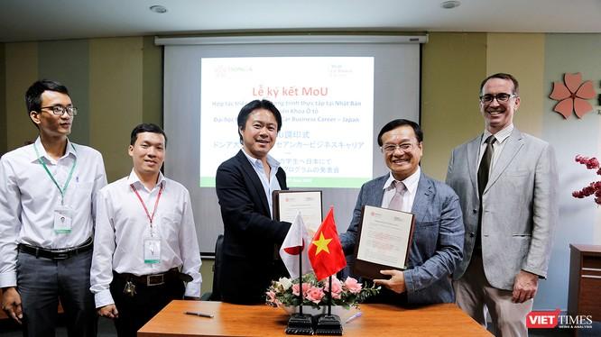 Ông Daisuke Kawasaki – Tổng giám đốc ACC Japan và ThS. Lương Minh Sâm – Phó Hiệu trưởng ĐH Đông Á tại buổi ký kết thỏa thuận hợp tác
