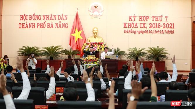 Cách đây 1 năm, cũng chính các đại biểu HĐND TP Đà Nẵng đã bỏ phiếu bãi nhiệm chức danh đối với các nhân sự được bầu tại phiên họp diễn ra chiều 9/7