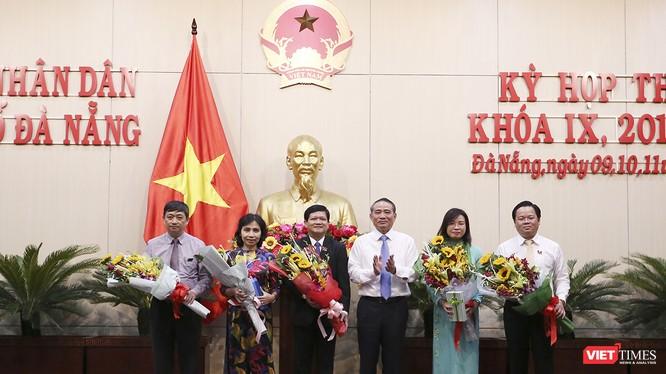 Bí thư Thành ủy Đà Nẵng Trương Quang Nghĩa chúc mừng các cá nhân được đại biểu HĐND bầu vào các vị trú chủ chốt của HĐND và TP
