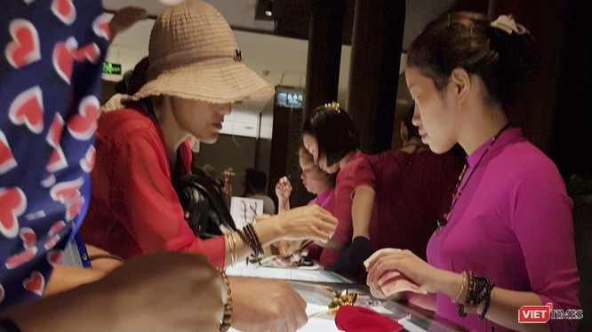 Khách Trung Quốc mua hàng tại các cửa hàng khép kín theo tour giá rẻ tại Đà Nẵng