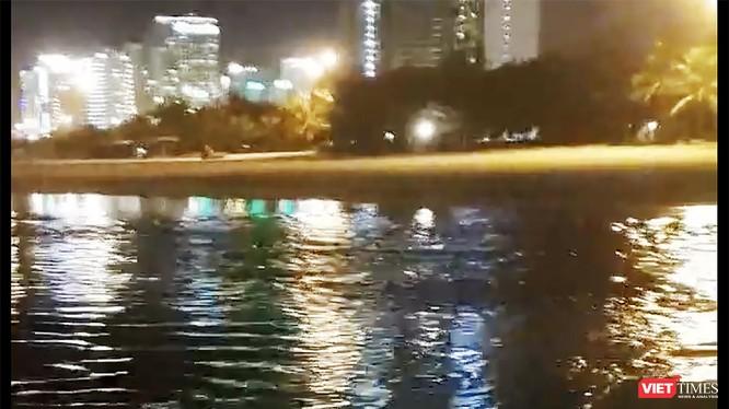 Công ty Kim Long Nam là thủ phạm xả nước thải trái phép ra biển Mỹ Khê đêm ngày 5/8 (ảnh cắt từ clip bạn đọc cung cấp)