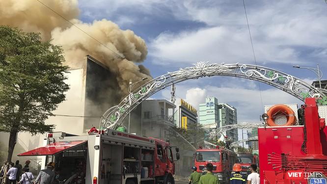Vào khoảng 8h sáng 11/9, một vụ cháy lớn bất ngờ bùng phát tại Câu lạc bộ đêm đang sửa chữa tại số 17 Lê Duẩn (quận Hải Châu, Đà Nẵng).