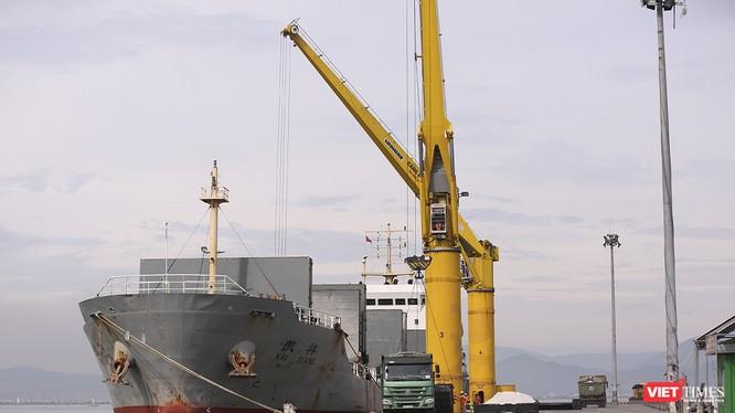 Trước nhưng áp lực giao thông và vận tải hàng hóa trên địa bàn, UBND TP Đà Nẵng vừa có văn bản gửi Bộ KH-ĐT hối thúc đẩy nhanh triển khai xây dựng Cảng biển Liên Chiểu thay thế cảng Tiên Sa đang quá tải.