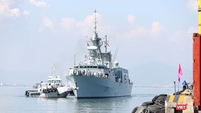 Sáng 26/9, tàu Hải quân Hoàng Gia Canada (HMCS) Calgary đã cập cảng Tiên Sa, chính thức thăm hữu nghị Đà Nẵng từ 26/9-30/9.