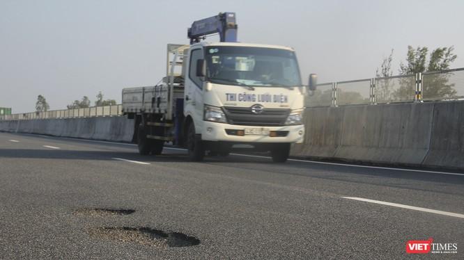 Bộ trưởng GTVT khẳng định không thể có nguyên nhân do mưa nhiều hay thời tiết tác động làm hư hỏng mặt đường cao tốc Đà Nẵng - Quảng Ngãi, cũng không phải do xe quá tải trọng chạy nhiều mà do chất lượng thi công.