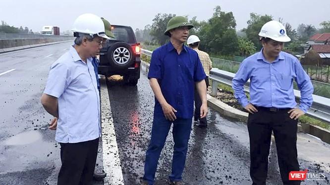 Thứ trưởng Bộ GTVT Lê Đình Thọ thị sát đối với tuyến cao tốc Đà Nẵng-Quảng Ngãi hôm 13/10