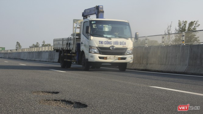 Phó Thủ tướng Trịnh Đình Dũng yêu cầu Bộ GTVT phối hợp với Bộ Xây dựng, VEC, các đơn vị tư vấn làm rõ trách nhiệm của các tập thể, cá nhân liên quan đến các hư hỏng nêu trên, xử lý nghiêm theo quy định, báo cáo Thủ tướng Chính phủ.