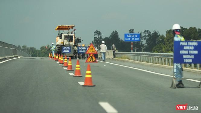 Tính đến trưa 17/10, công tác vá sửa hư hỏng mặt đường trên tuyến cao tốc Đà Nẵng-Quảng Ngãi đã được thực hiện gần như đã hoàn thành