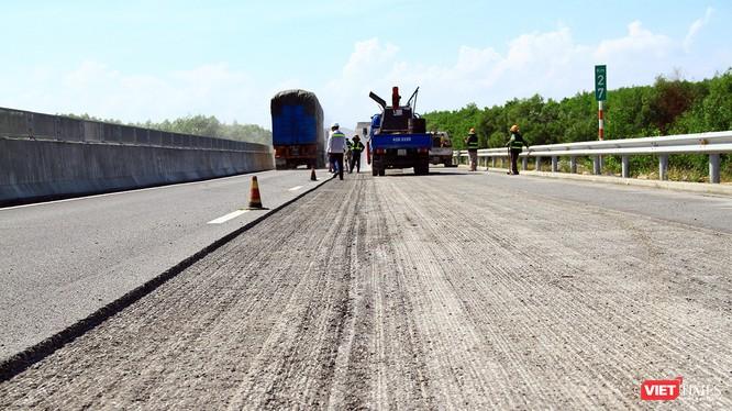 Mặt đường cao tốc Đà Nẵng-Quảng Ngãi bị bóc lên làm lại sau những hư hỏng của lớp mặt đường dù mới đưa vào khánh thành không lâu