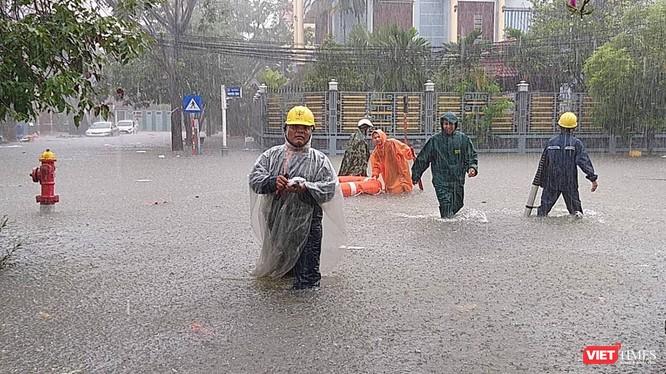 Mưa lớn kéo dài khiến nhiều khu vực của TP Đà Nẵng chìm sâu trong nước.