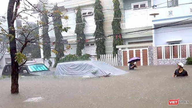 """Sáng 18/12, trong khuôn khổ hoạt động thảo luận tại hội trường, các đại biểu tham dự kỳ họp thứ 9 HĐND TP Đà Nẵng đã """"mổ xẻ"""" nguyên nhân Đà Nẵng bị """"nhấn chìm"""" do mưa lớn diễn ra từ ngày 8-12/12 vừa qua."""
