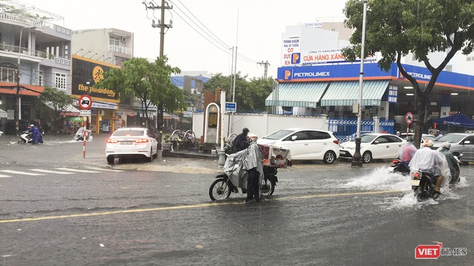 Nút giao thông Quang Trung-Đống Đa ngập lại trong trưa 10/12. (Ảnh: Bảo Bảo)