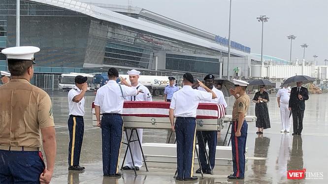 Sáng 11/12, tại Sân bay Đà Nẵng, Việt Nam đã tiến hành bàn giao 3 bộ hài cốt quân nhân Mỹ mất tích trong chiến tranh Việt Nam vừa được tìm kiếm chung lần thứ 147 tại các tỉnh miền Trung