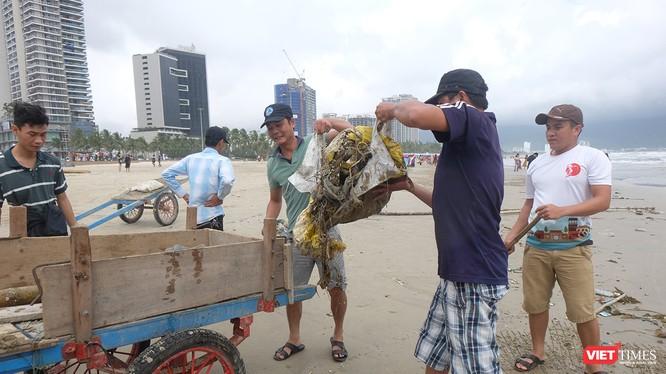 Chiều 11/12, ông Huỳnh Đức Thơ-Chủ tịch UBND TP Đà Nẵng có văn bản gửi các cơ quan đơn vị và người dân cùng chung tay dọn dẹp rác, khắc phục hậu quả ngập úng do mưa lớn diễn ra mấy ngày qua.
