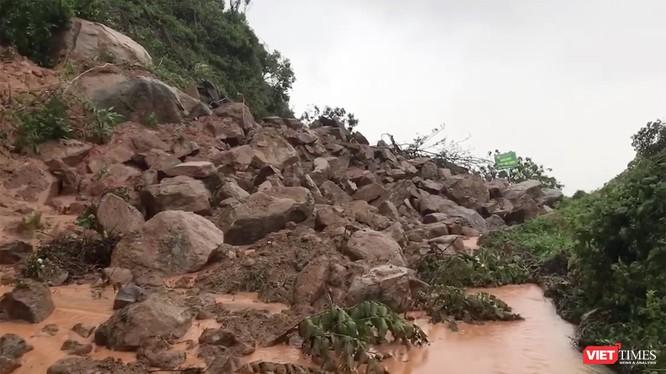 Tuyến đường đi Bãi Cát Vàng, bán đảo Sơn Tràị sạt lở nghiêm trọng.