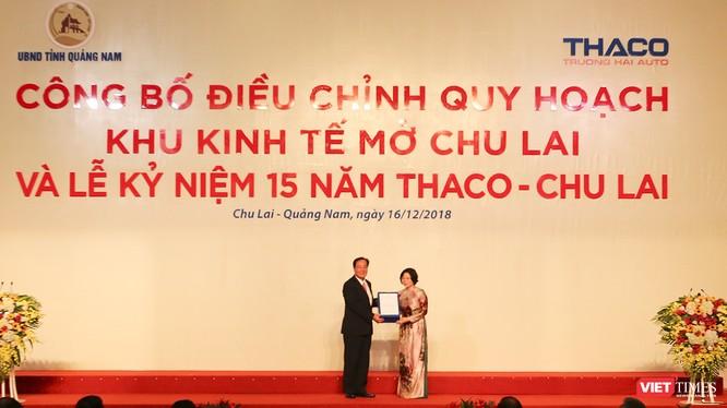 Bà Phan Mỹ Linh-Thứ Trưởng Bộ Xây dựng trao Quyết định phê duyệt điều chỉnh quy hoạch của Thủ tướng Chính phủ đối với Khu kinh tế mở Chu Lai cho UBND tỉnh Quảng Nam