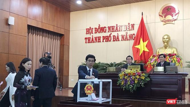 Sáng 17/12, ngày làm việc thứ 2 kỳ họp thứ 9 HĐND TP Đà Nẵng đã tiến hành lấy phiếu tín nhiệm đối với 24 người giữ các chức danh do HĐND bầu