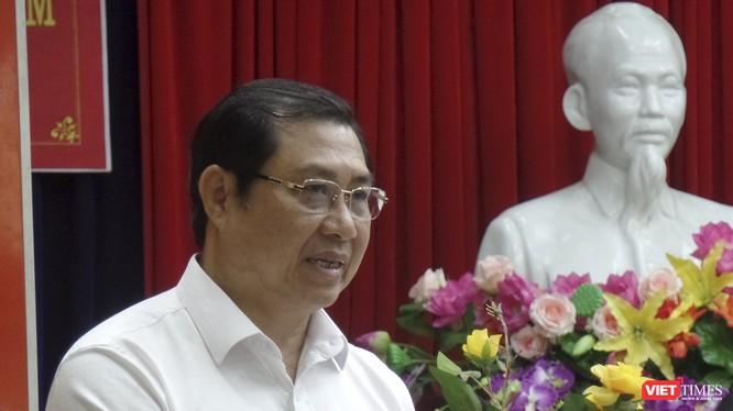 Ông Huỳnh Đức Thơ, Chủ tịch UBND TP Đà Nẵng trả lời ý kiến cử tri trong khuôn khổsự kiện tiếp xúc cử tri, báo cáo kết quả Kỳ họp thứ 9 HĐND TP khóa 9 (nhiệm kỳ 2016-2021) với cử tri quận Thanh Khê.