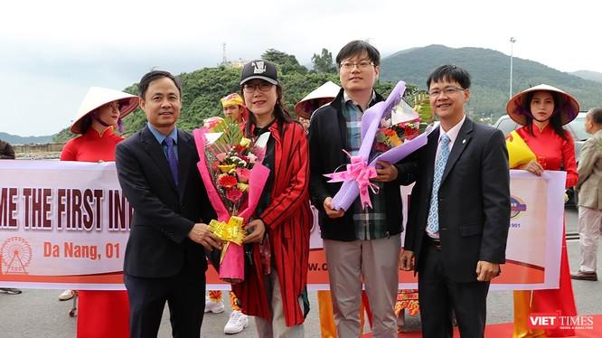 Lãnh đạo Sở Du lịch TP Đà Nẵng tặng hoa chúc mừng những vị khách quốc tế đầu tiên xông đất Đà Nẵng trong năm 2019.