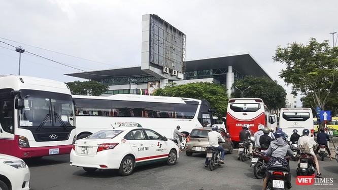 """Xe khách trên 30 chỗ ngồi đang """"náo loạn"""" trung tâm TP Đà Nẵng vì thiếu bãi đỗ xe tập trung."""