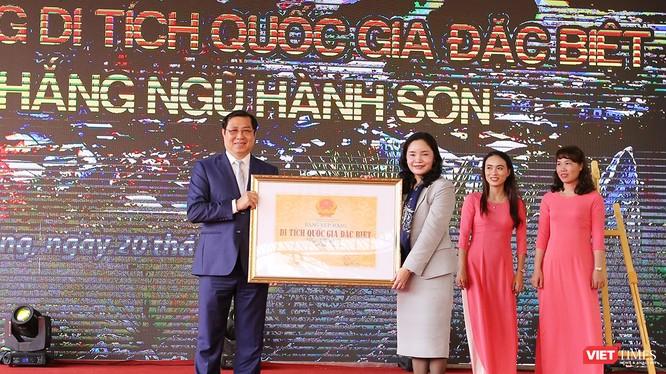 Đại diện Bộ VH-TT và DL trao Bằng xếp hạng di tích quốc gia đặc biệt đối với Danh thắng Ngũ Hành Sơn cho UBND TP Đà Nẵng