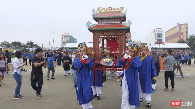 Sáng 20/2 (nhằm ngày 16 tháng Giêng ÂL), tại bãi biển phường Xuân Hà (quận Thanh Khê, TP Đà Nẵng), hàng ngàn người dân và du khách đã tề tựu về đây để chứng kiến Lễ hội Cầu ngư truyền thống của ngư dân