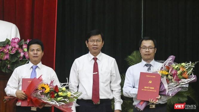 Ông Vũ Quang Hùng (bìa phải) và ông Võ Công Chánh (bìa trái) tại buổi công bố Quyết định phân công công tác.