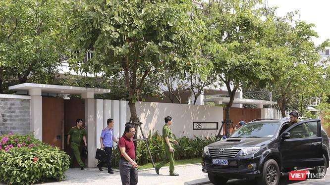 Sáng 18/3, lực lượng công an, viện kiểm sát đi trên xe ô tô chuyên dụng mang BKS 80A-02576 cùng đã có mặt và đi vào nhà ông Nguyễn Ngọc Tuấn tại số 85 Hoàng Kế Viêm (phường Mỹ An, quận Ngũ Hành Sơn, Đà Nẵng).