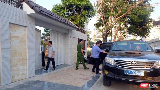 Lực lượng chức năng tiến hành khám xét tại nhà riêng của ông Nguyễn Thanh Sang - nguyên Giám đốc Sở Tài chính TP Đà Nẵng, chiều 19/3.