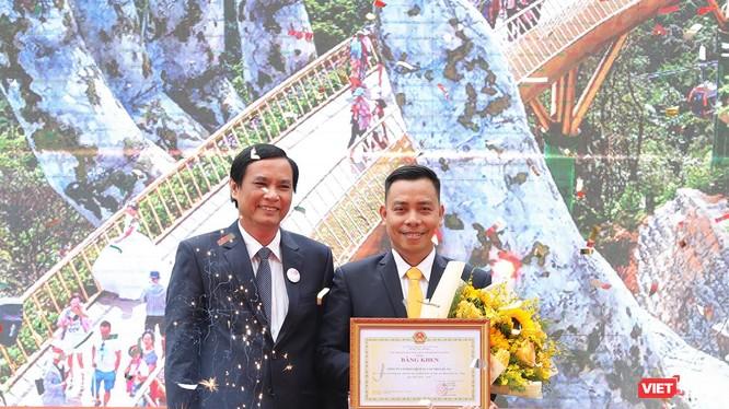 Ông Trần Văn Miên - Phó Chủ tịch UBND Thành phố Đà Nẵng trao tặng Bằng khen cho Công ty Cổ phần Dịch vụ Cáp treo Bà Nà vì đã có thành tích đóng góp xuất sắc cho sự phát triển của du lịch Đà Nẵng giai đoạn 2009-2019.