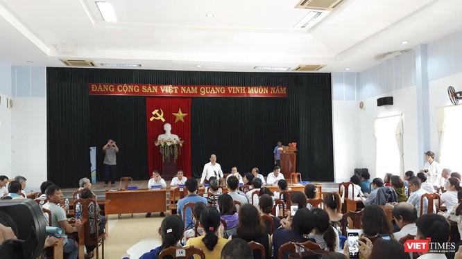 """Sáng 9/4, ông Đinh Văn Thu - Chủ tịch UBND tỉnh Quảng Nam đã tiếp và ghi nhận các đề đạt của hàng trăm khách hàng liên quan đến vụ """"bẻ kèo"""" giữa Bách Đạt An và Hoàng Nhất Nam."""