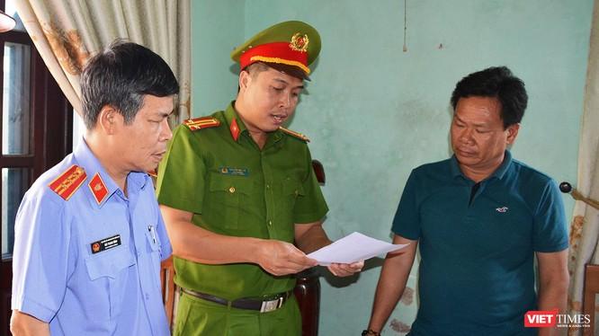 Cơ quan Cảnh sát điều tra Công an Quảng Nam tống đạt quyết định khởi tố vụ án hình sự, khởi tố bị can, bắt tạm giam 4 tháng đối với Lê Tự Trung, nguyên là cán bộ Trung tâm phát triển quỹ đất Điện Bàn (Ảnh Xuân Mai)