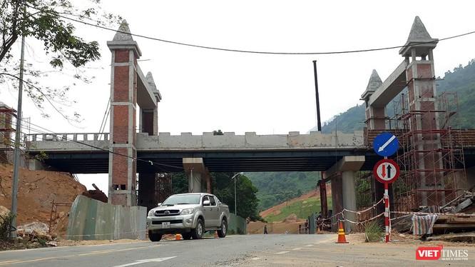 Cận cảnh cây cầu vắt ngang qua Quốc lộ 14G để phục vụ hoạt động Khu du lịch suối khoáng nóng núi Thần Tài