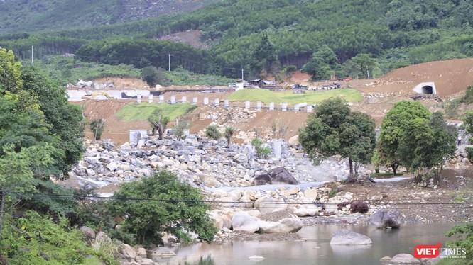 Đoạn sông Luông Đông đoạn qua khu vực dự án liên kết mở rộng công viên suối khoáng nóng Núi Thần Tài giai đoạn 2 (thuộc địa phận xã Hòa Phú, huyện Hòa Vang) đã bị chặn dòng để thi công