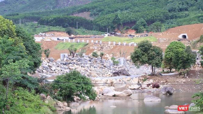 Đoạn sông Luông Đông đi qua khu vực dự án đã bị chặn lấp một phần, nhiều hạng mục thi công dở dang mà không xuất trình được các giấy tờ hợp lệ