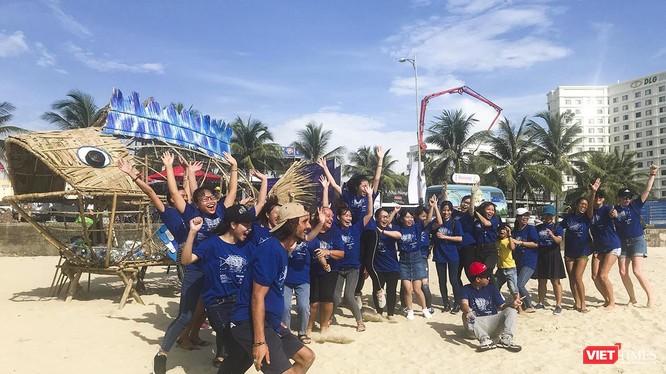 Mô hình cá bống ăn chai nhựa trên biển Đà Nẵng là một trong những hành động hạn chế phát sinh rác thải nhựa ra môi trường ở Đà Nẵng (ảnh Minh Hải)