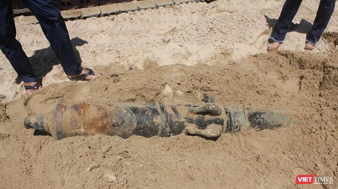 Trong quá trình thi công bờ kè biển tại khu vực phường Hòa Hiệp Bắc (quận Liên Chiểu, TP Đà Nẵng), công nhân của đơn vị thi công đã phát hiện một khẩu súng thần công có niên đại gần 200 năm