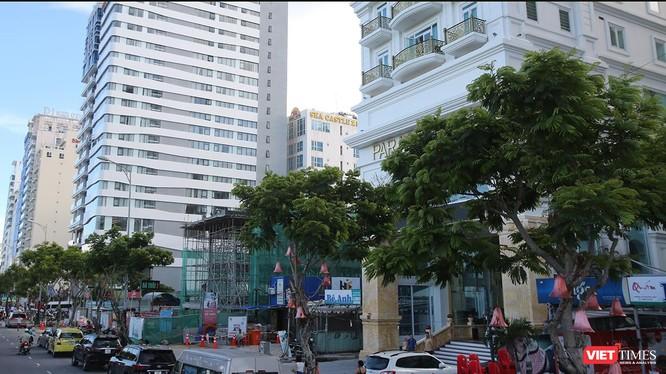 Qua kiểm tra, cơ quan chức năng phát hiện có 17/55 công trình nhà hàng, quán tạm tại khu vực ven biển trên địa bàn quận Sơn Trà được xây dựng không phép.