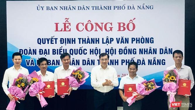Ông Huỳnh Đức Thơ, Chủ tịch UBND TP Đà Nẵng (đứng giữa), chúc mừng các cá nhân được bổ nhiệm tại Lễ công bố Quyết định thành lập Văn phòng hợp nhất 3 văn phòng